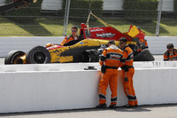 Райан Хантер-Рей, Andretti Autosport Honda, з допомогою Holmatro Safety Team покидає машину після аварії