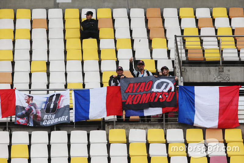 Fans of Romain Grosjean, Haas F1 Team, and Ayao Komatsu, Chief Race Engineer, Haas F1 Team, in a grandstand