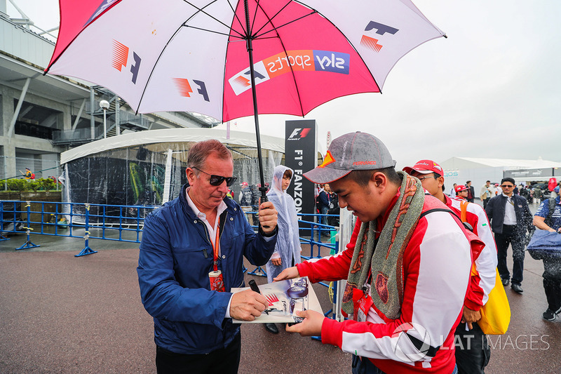 Martin Brundle, Sky TV signs an autograph