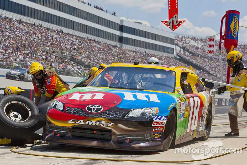 Kyle Busch suffers engine failure in Dover