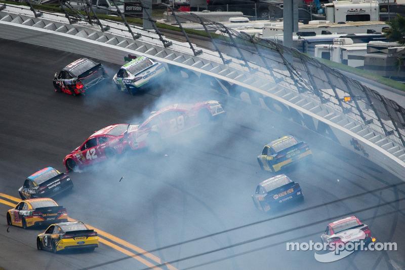 Early crash dashes Stewart's Daytona 500 hopes