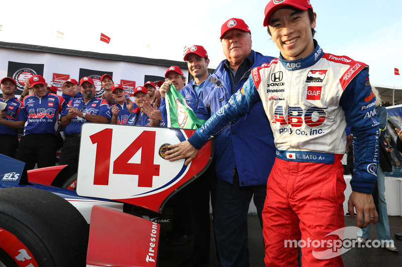 Sato takes IndyCar season opening pole