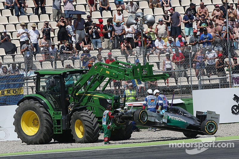 Brazil moves tractor after Bianchi crash