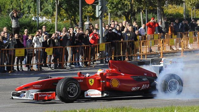Badoer sfila per le strade di Valencia con la Ferrari