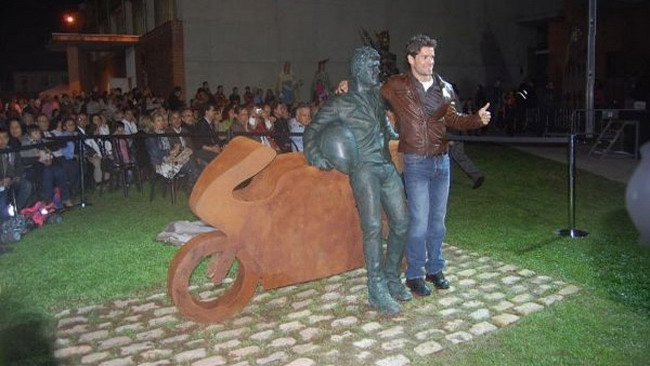 Checa celebrato in patria con una statua