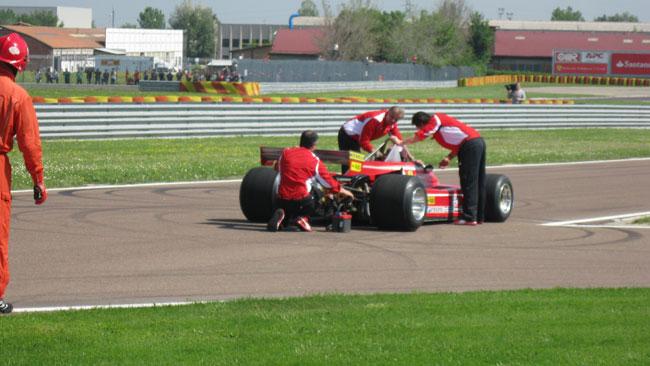 Jacques fa spegnere la Rossa uscendo dai box...