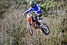 Kimi Raikkonen si diverte su una moto da cross
