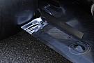 La Mercedes con tre feritoie sul fondo