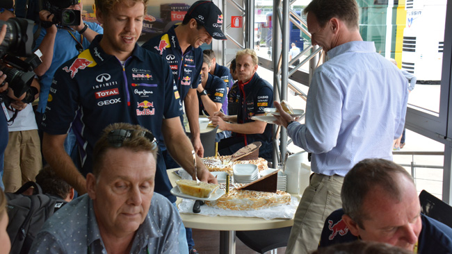 Tanti auguri: Red Bull festeggia Seb e Daniel!