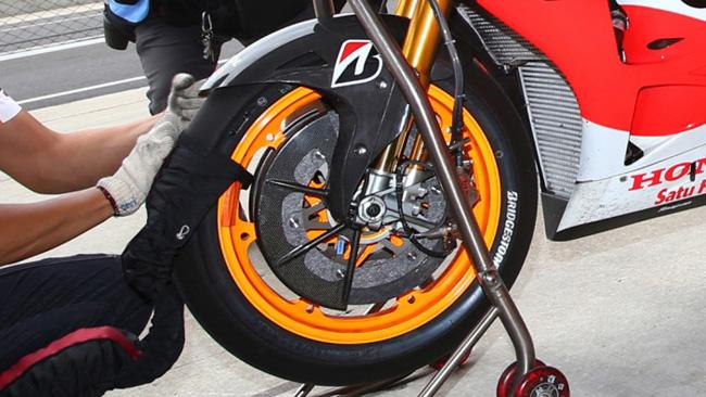 La Bridgestone promuove l'anteriore asimmetrica