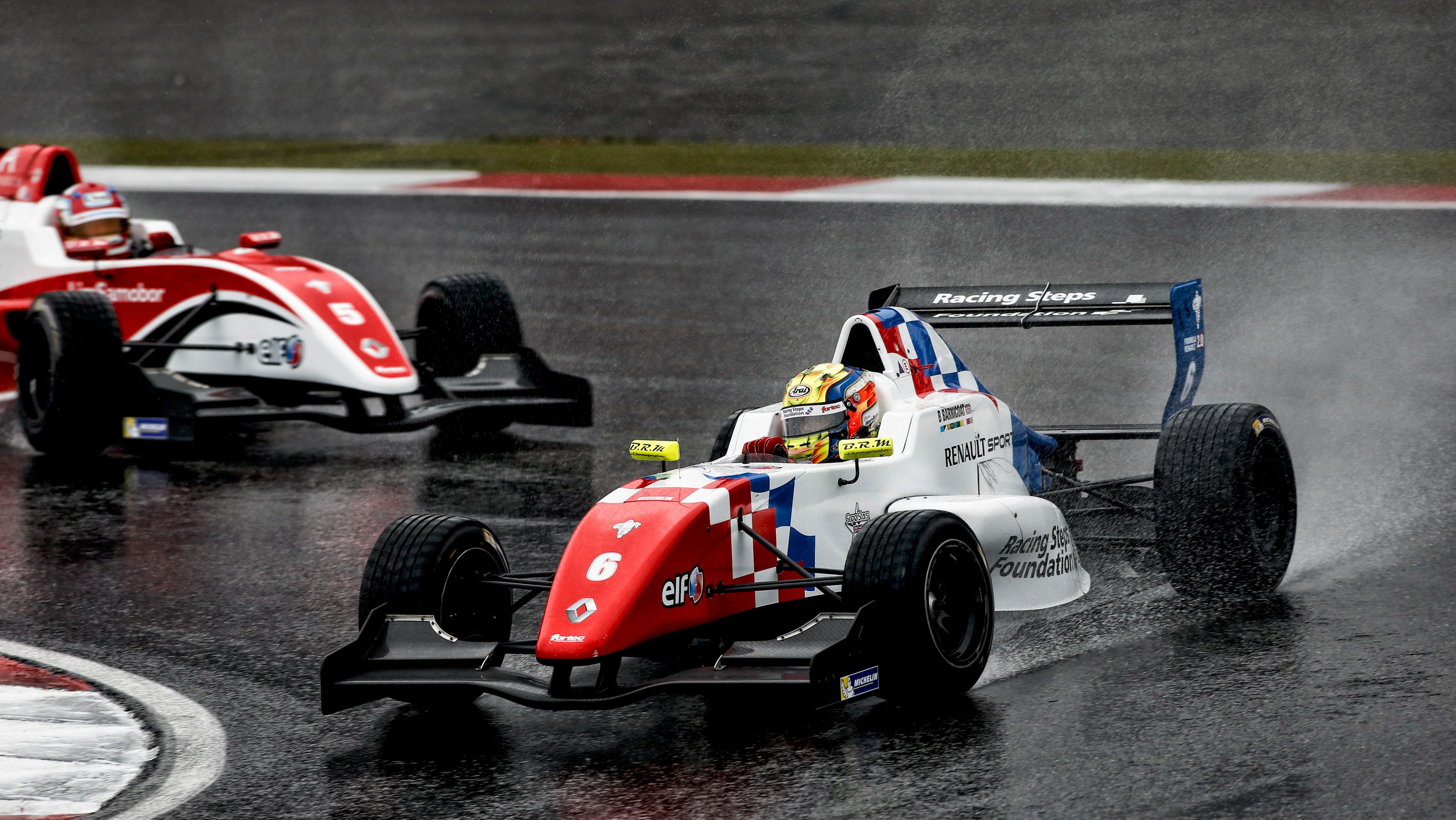 Barnicoat trionfa nel diluvio del Nurburgring