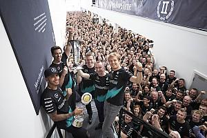 Formule 1 Actualités Mercedes fête son titre mondial à Brackley