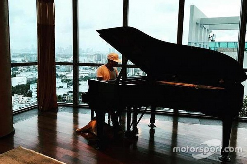 """Hamilton admite """"pressão horrível"""" e usa piano para relaxar"""