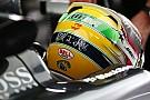 Hamilton recebe quadro de ídolo Senna e agradece família
