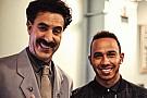 Hamilton ouve piadas de Borat e anda de monociclo em programa