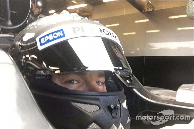 Vídeo: Rosberg pilota Mercedes W07 em Silverstone