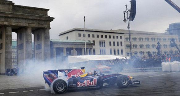 Vettel Berlin'de lastik yaktı