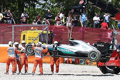 Verstappen ligt tweede na crash Mercedes-coureurs