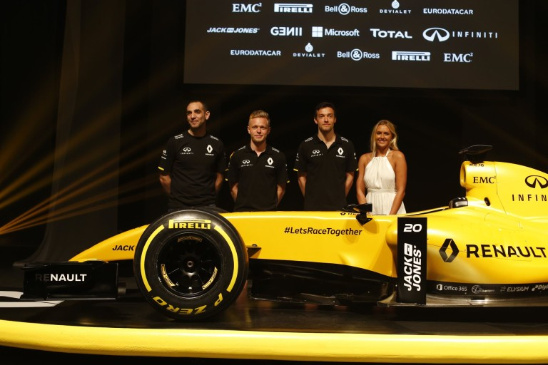 A Renault kitart pilótafelállása mellett: marad a Magnussen-Palmer páros!