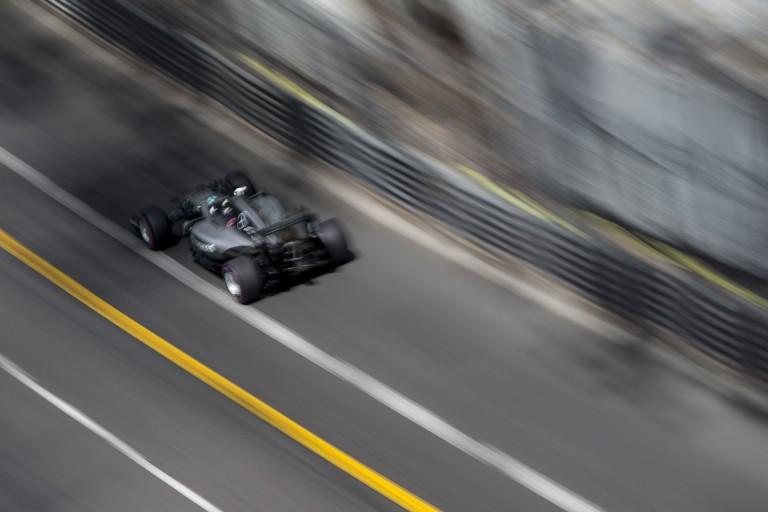 """Videón, ahogy Hülkenberg """"Halálos iramban"""" módjára elmegy Rosberg mellett az utolsó métereken"""