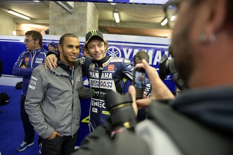Hamilton engedélyt kapott a MotoGP-re!