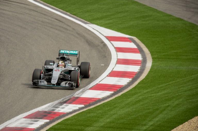 Hamilton kockáztat, mégsem a bokszutcából rajtol Kínában