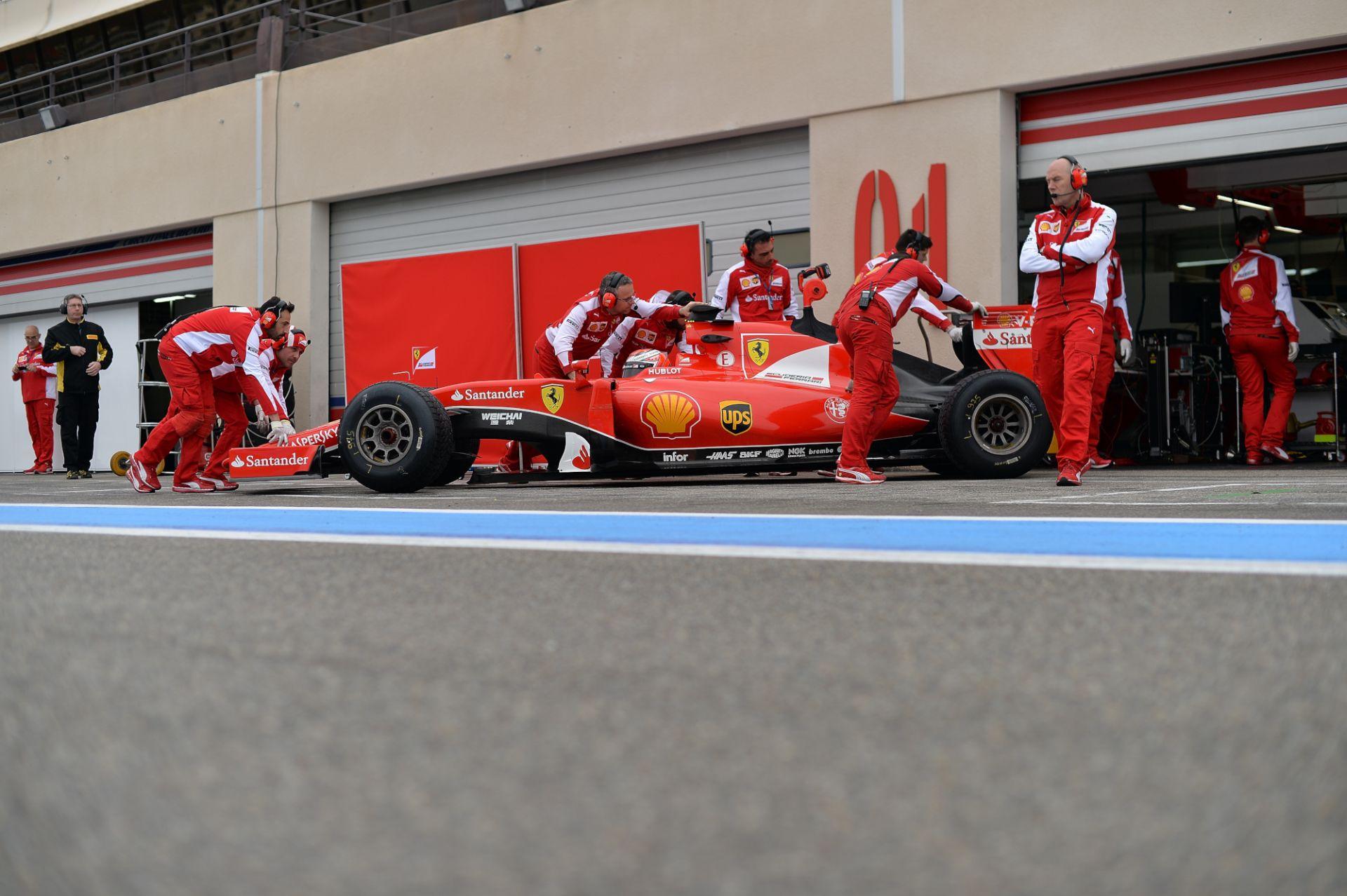 Videón, ahogy a Ferrari először begurul a barcelonai bokszutcába!