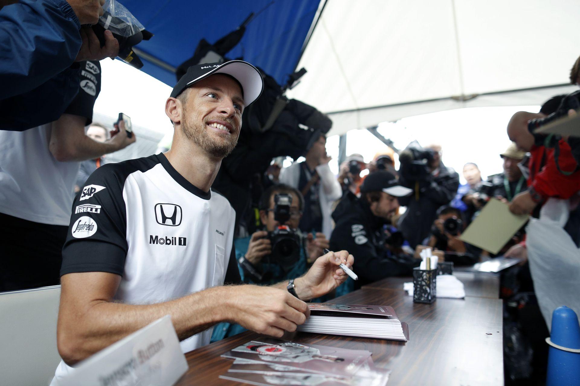 Jó lenne azt látni, hogy Rosbergen kívül egy másik csapattal is vívnia kell Hamiltonnak