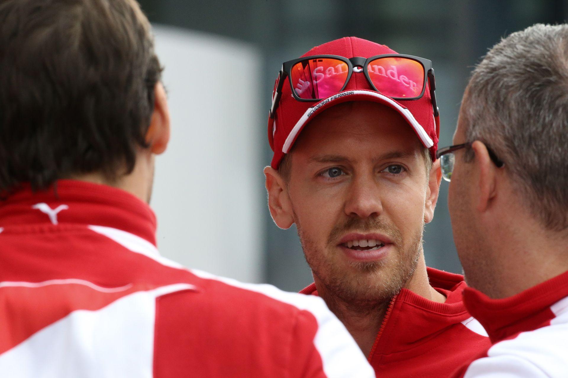 Vettel egyik rémálma, amikor tolatva kell beparkolnia...