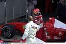 Hakkinen kiesik az utolsó körben a McLarennel, majd Schumi a leintés után azonnal odarohan hozzá