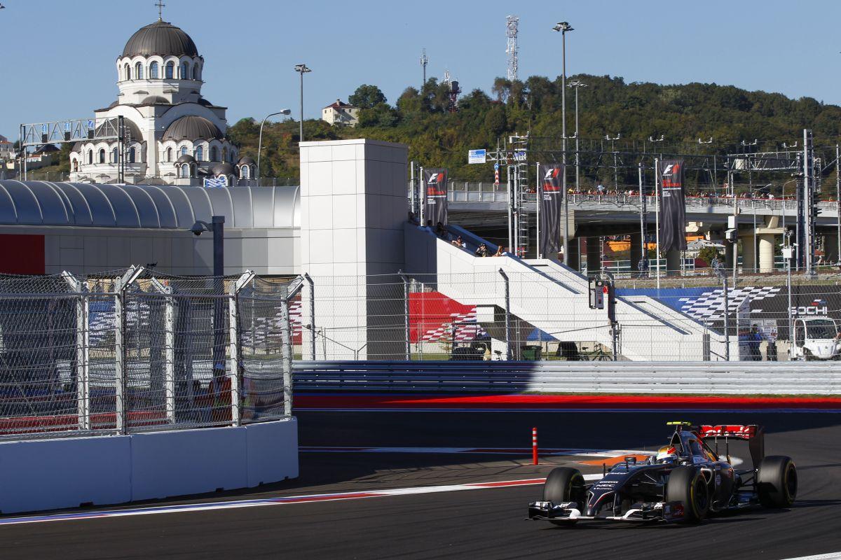 Putyin és a bahreini király is ott lesz ma Szocsiban, az F1-es futamon, de sok lány is
