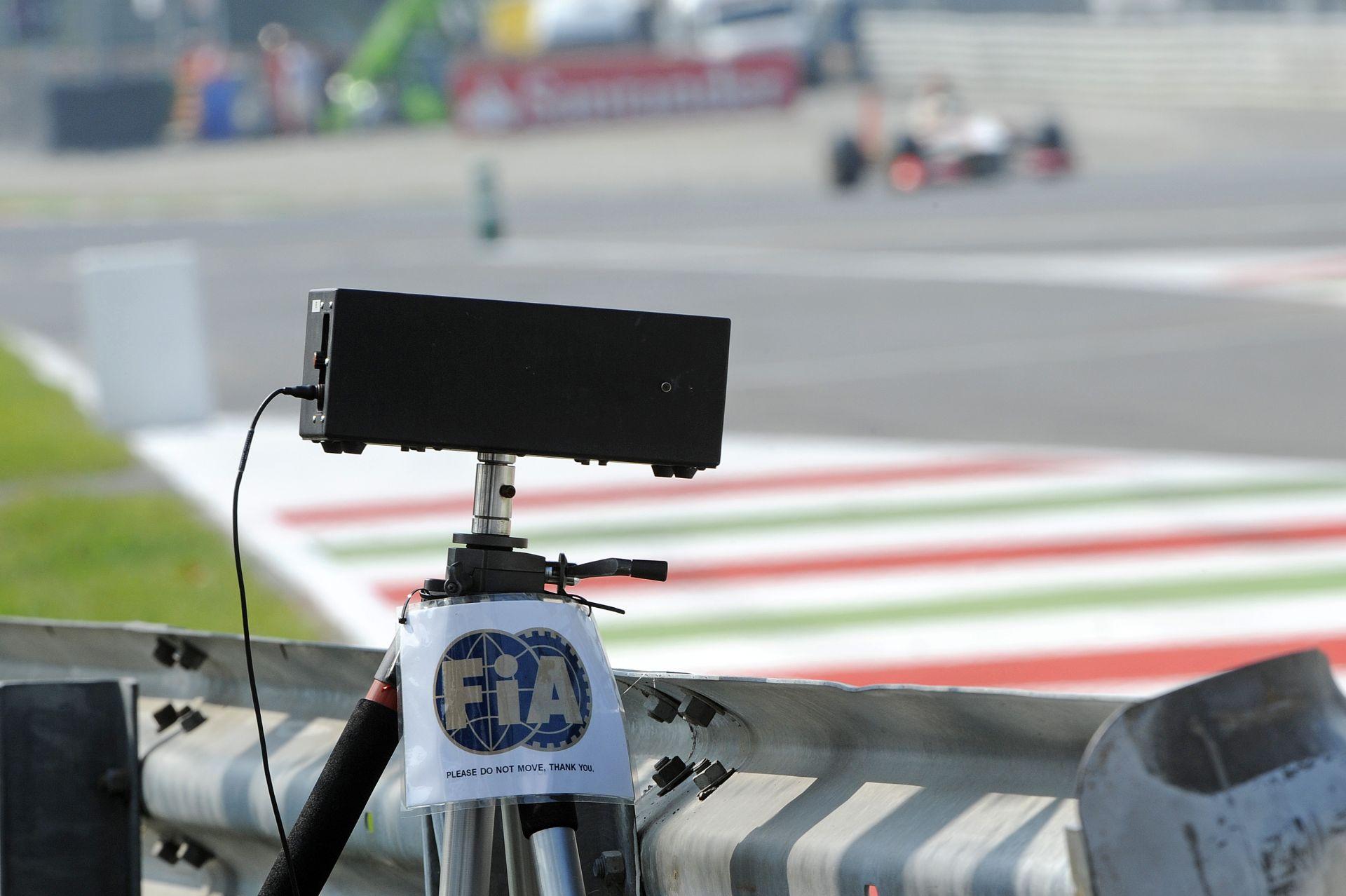 Az FIA külön kérésére betonozták le Monza legendás kanyarjának bukóterét