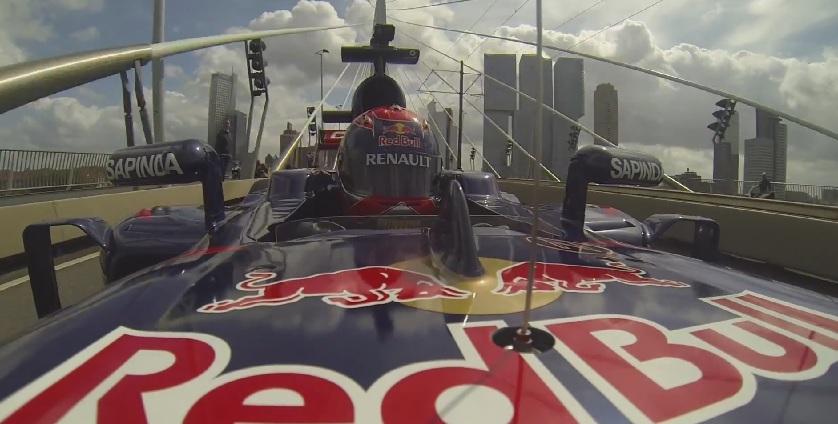 Hivatalos videó: Így csapatja neki a 16 éves szupertehetség az F1-es autóval