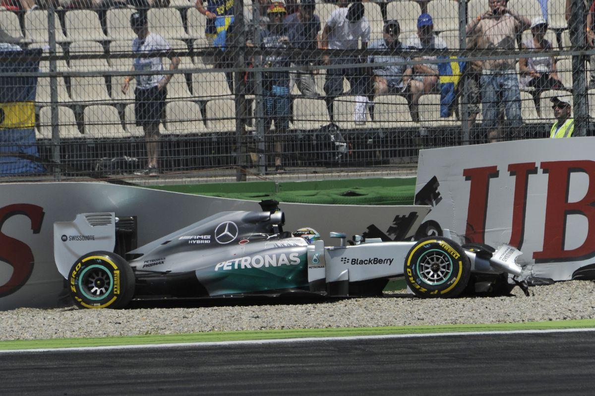 Hivatalos: féket cseréltek Hamilton autóján, de nem kell a boxból rajtolnia!