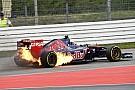 Ezért égett Kvyat alatt a Toro Rosso: két hengernél is kihagyott a gyújtás