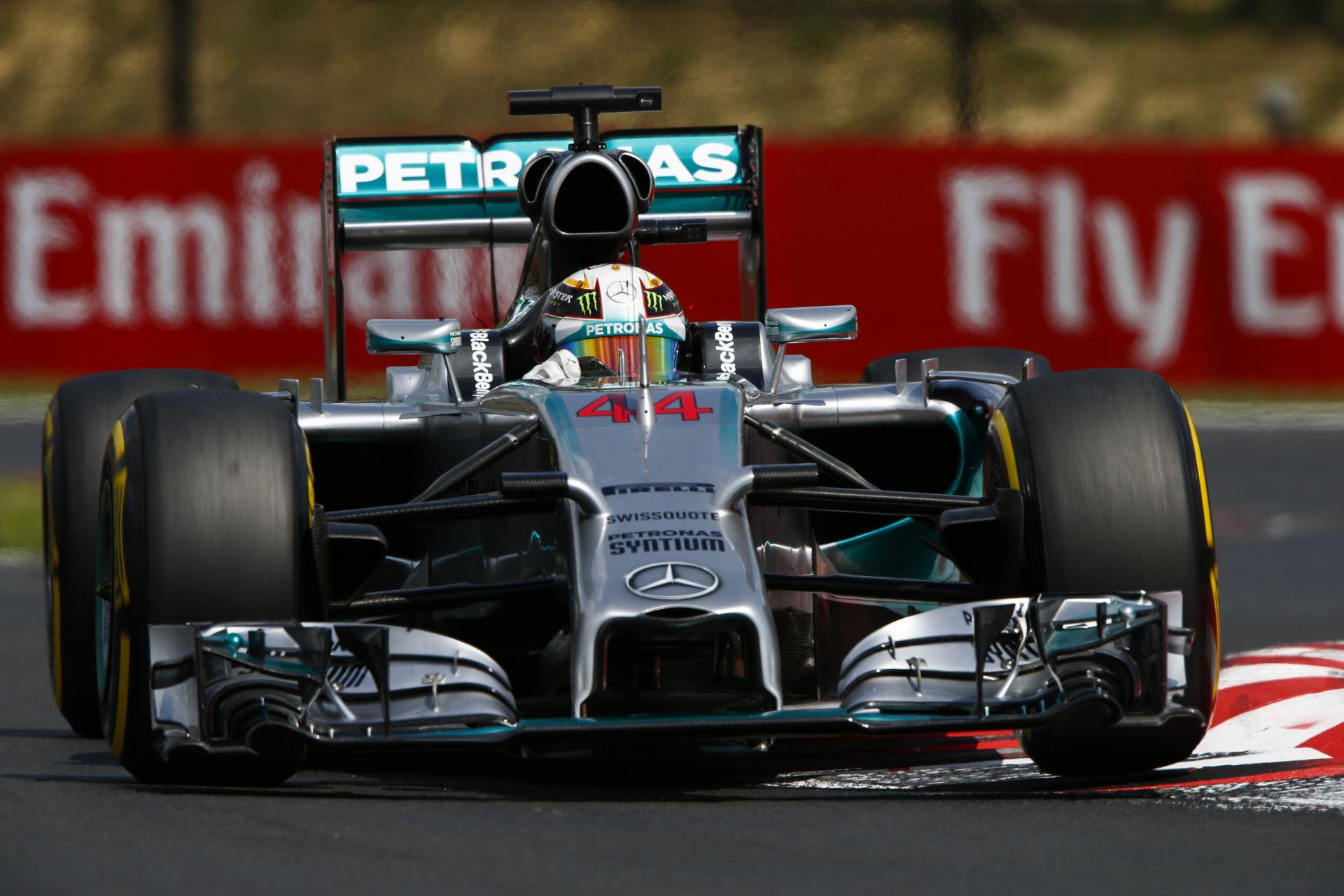 Üzemanyag-szivárgás miatt égett Hamilton autója: csak erősebb lesz tőle a brit
