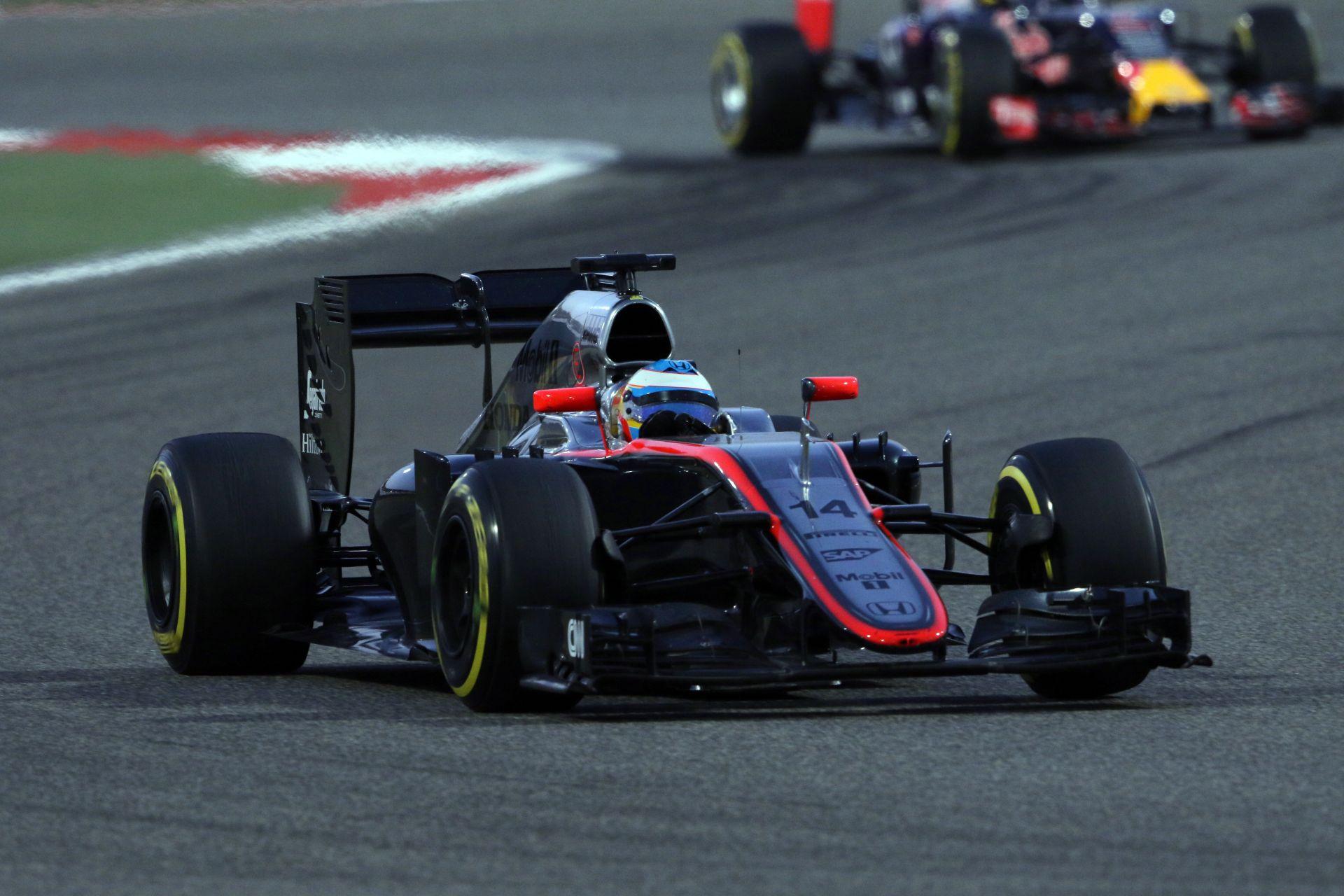 Alonso elismeri, hogy furcsa érzés volt elmenni a Ferrari mellett