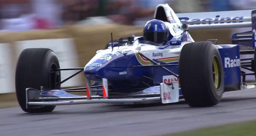 Videón Damon Hill pályára gurulása a Williams F1 FW18 volánja mögött
