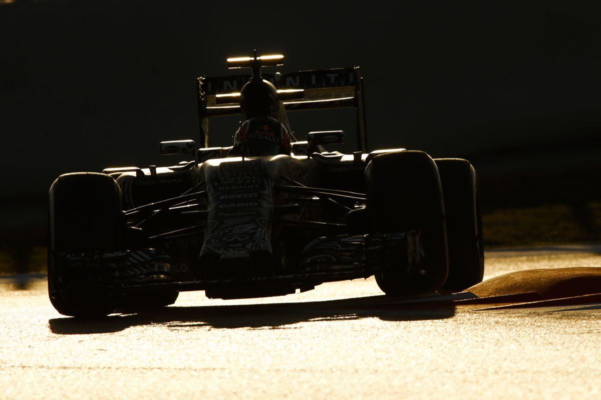 A Red Bull hosszú etapon veri a Ferrarit, pedig a motor miatt 1 másodpercet buknak