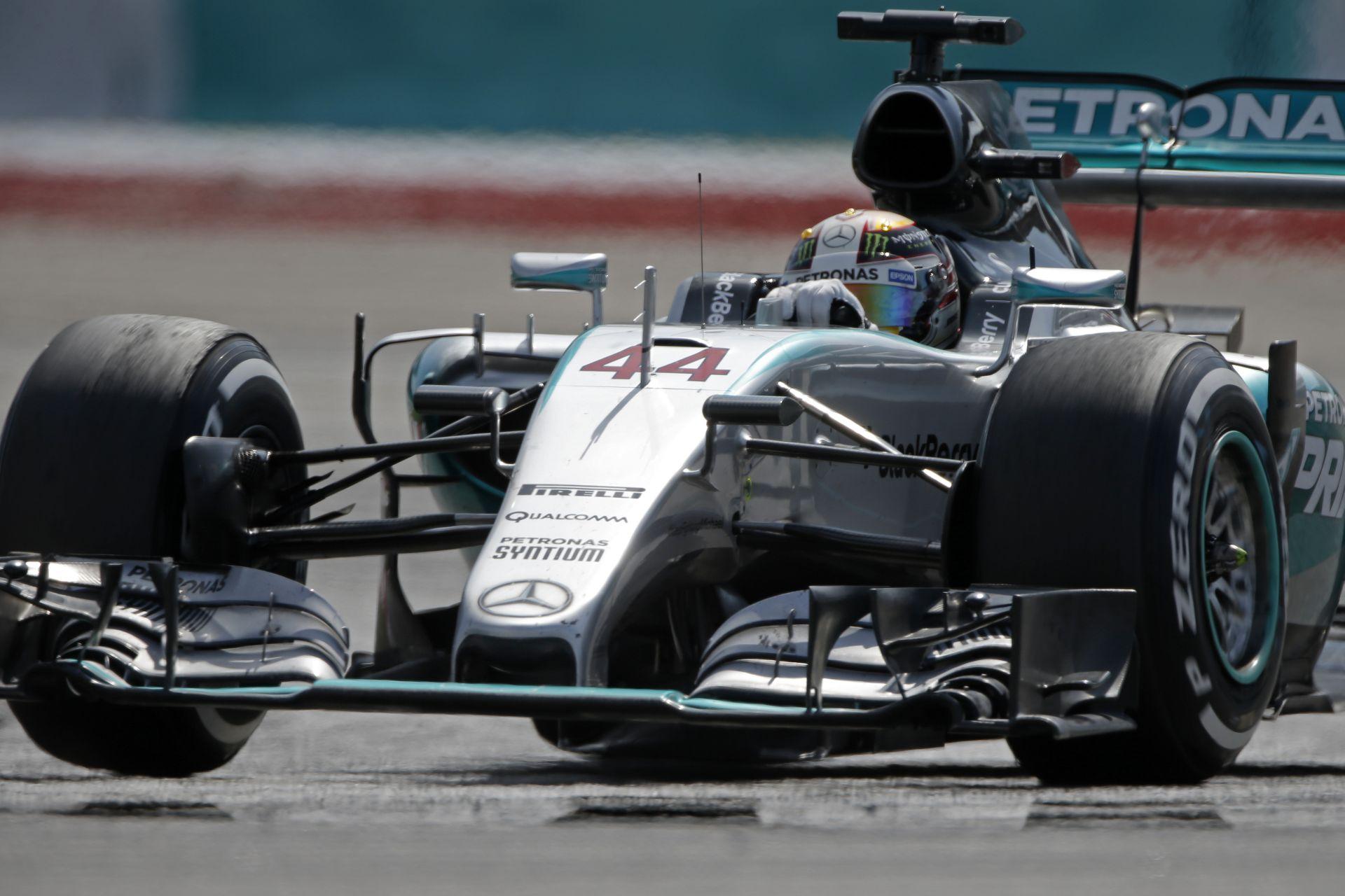 Hamilton több mint 27 millió fontot fog keresni az új szerződésével a Mercedesnél: Vettel fizetése azonban aláz a Ferrarinál