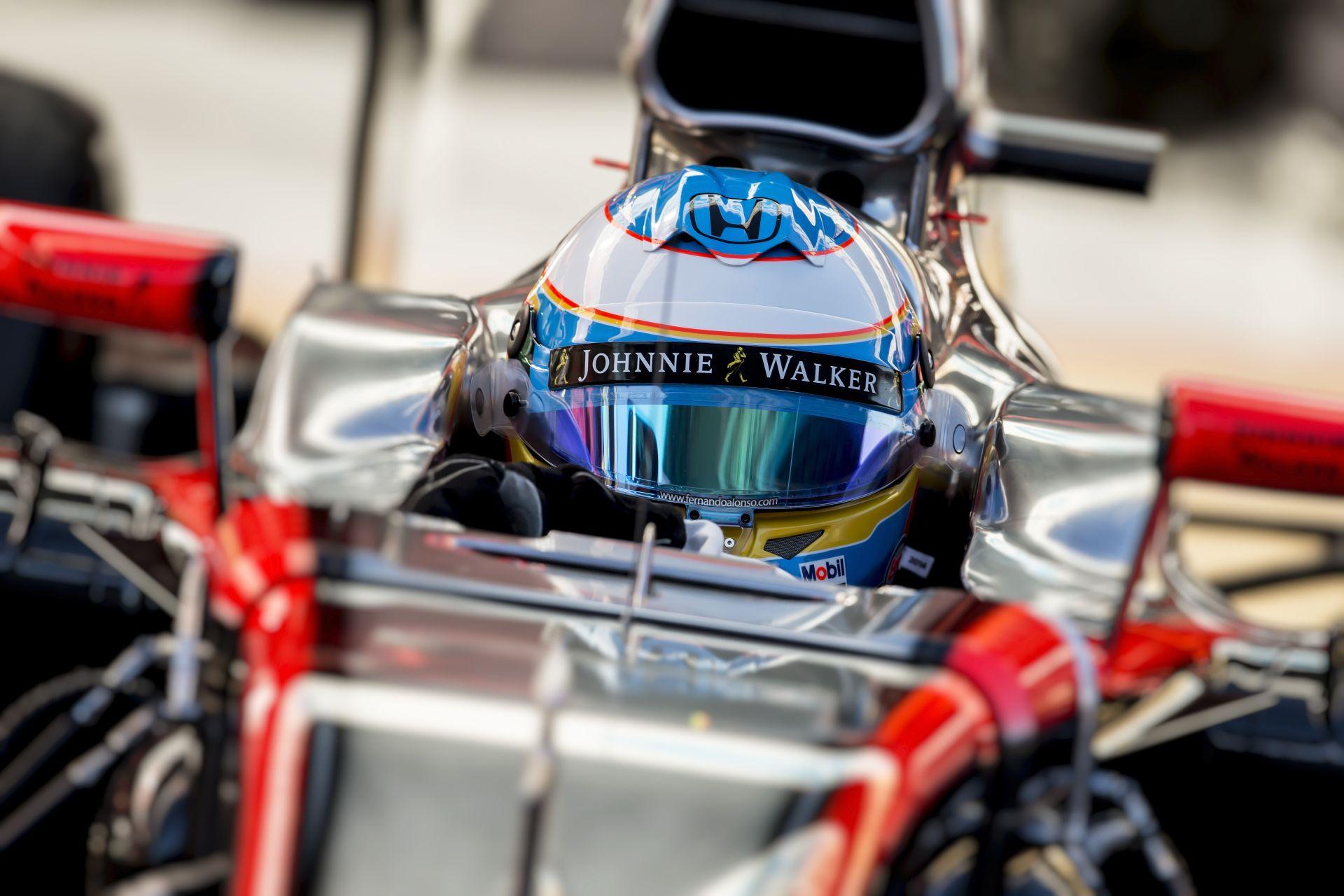 McLaren: agyrázkódás, de sima tesztbaleset volt Alonso incidense