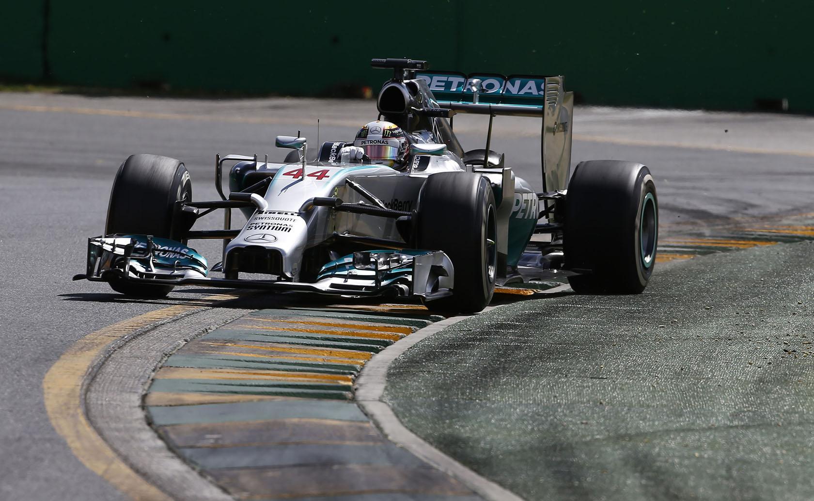 Ilyen a kegyetlen Forma-1: a Mercedes már a formációs körön tudta, gond van a motorral