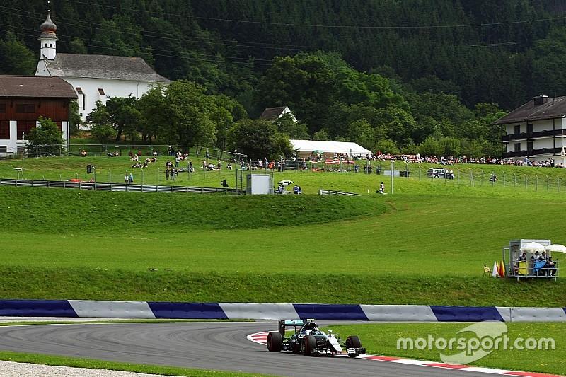 Rosberg bovenaan in door regen verstoorde tweede training, Verstappen zevende
