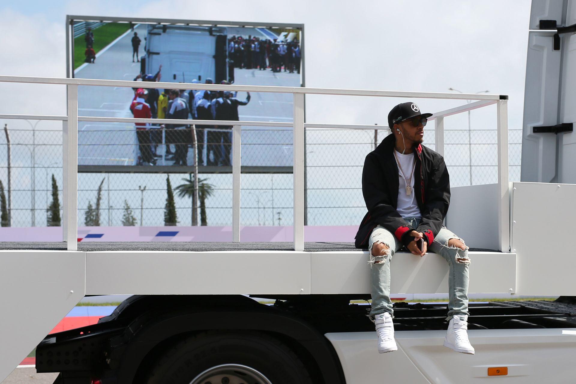 Hamilton új sapkája mindenhol! A brit bajnok egy kis divatot csempészett a Forma-1-be!