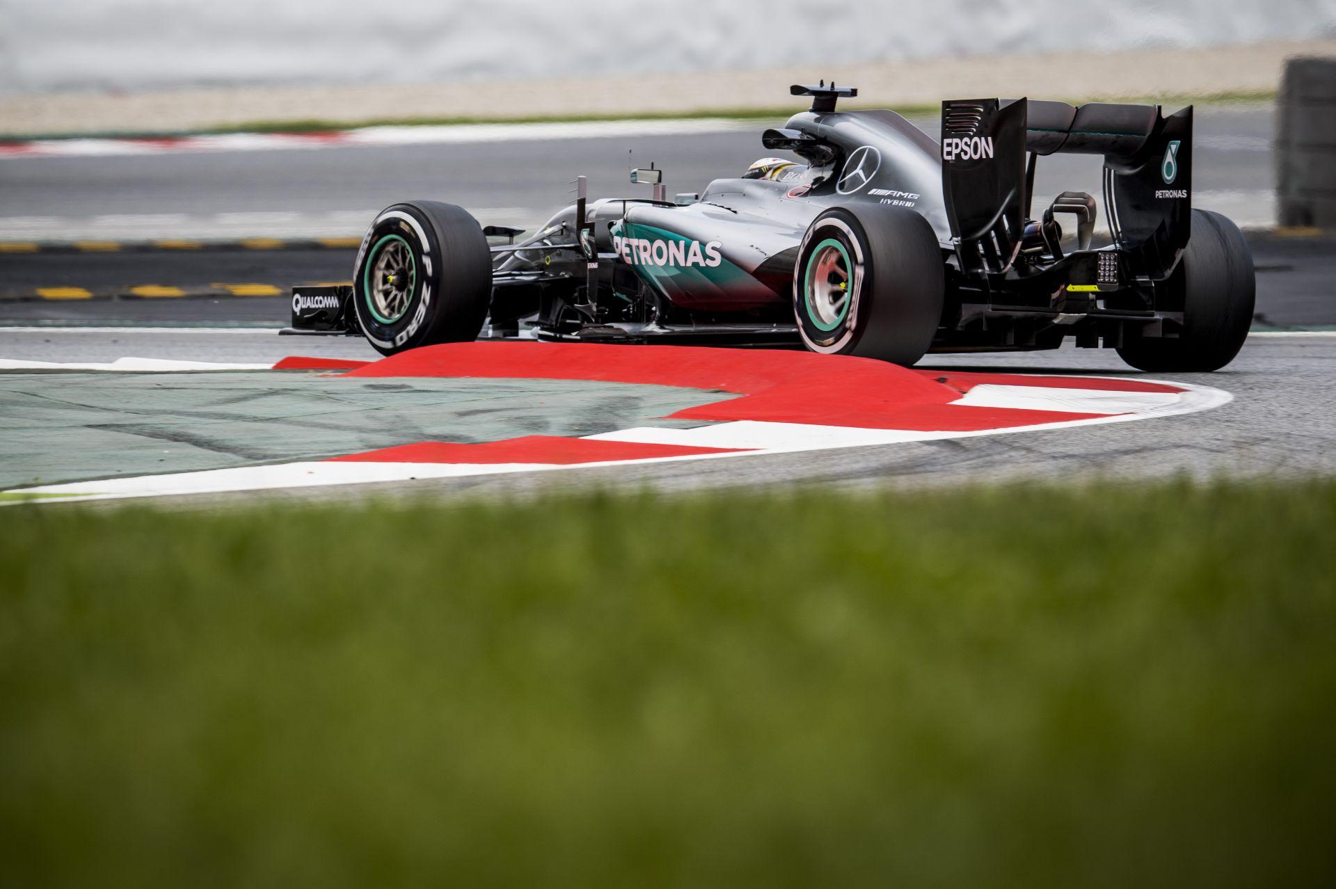 Hamilton a barcelonai kicsúszás után oda sem mert nézni... Ahogy a Mercedes sem!