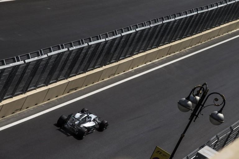 Csak egy kereket cserélnek le Hamilton autóján