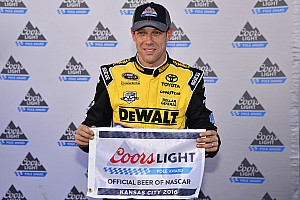 NASCAR Cup Qualifiche Matt Kenseth guida la tripletta Joe Gibbs Racing in Kansas