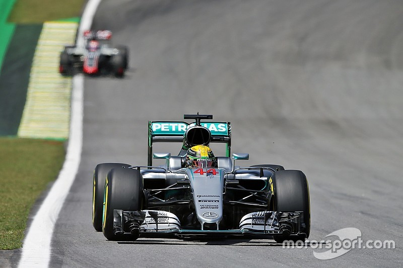 Hamilton domina los libres 2 y Alonso revive 2015