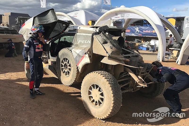 """Sainz crasht uit Dakar Rally: """"Ik probeerde tijd goed te maken"""""""
