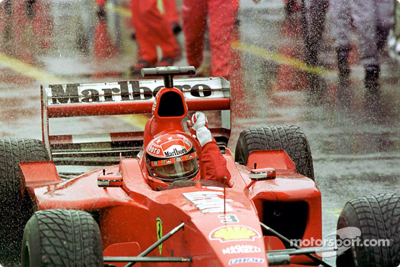 El maestro de la lluvia, Michael Schumacher, celebrando su triunfo